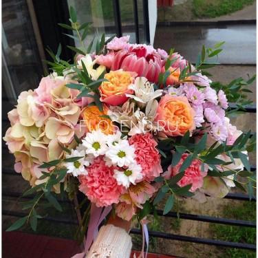 Букет с гортензией и хризантемой